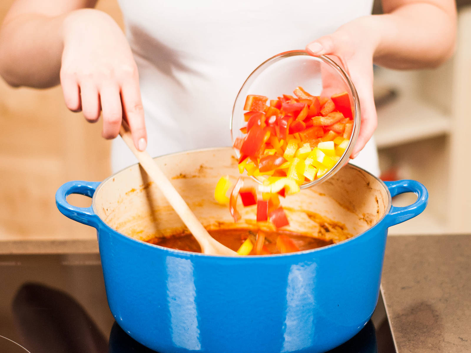 将灯笼椒切成易入口的小块,加入锅中,再继续煨20-30分钟至灯笼椒变软。取出月桂叶,放上酸奶油,趁热享用。