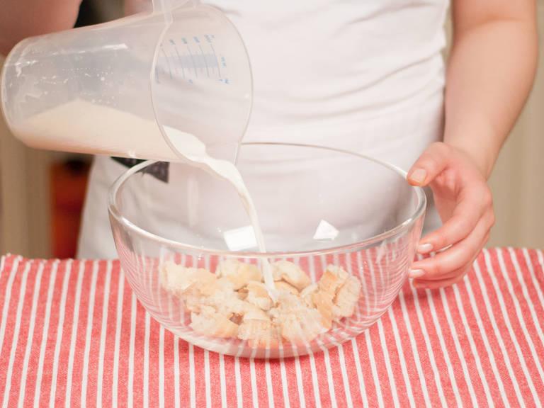 Brötchen in kleine Stücke reißen und ca. 5 Min. in der Milch einweichen lassen.