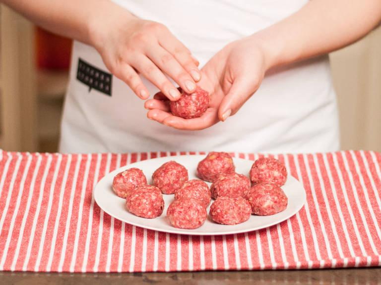 Die Hackmasse zu Bällchen (ca. 3 cm Ø) formen, auf einen Teller legen, abdecken und für ca. 20 – 30 Min. kalt stellen.