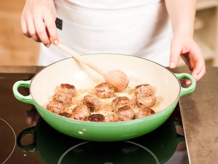Butter in einer großen beschichteten Pfanne erhitzen und die Köttbullar darin bei mittlerer Hitze rundherum ca. 15 Min. anbraten. Darauf achten, dass die Pfanne nicht zu voll ist. Anschließend aus der Pfanne nehmen und beiseitestellen.