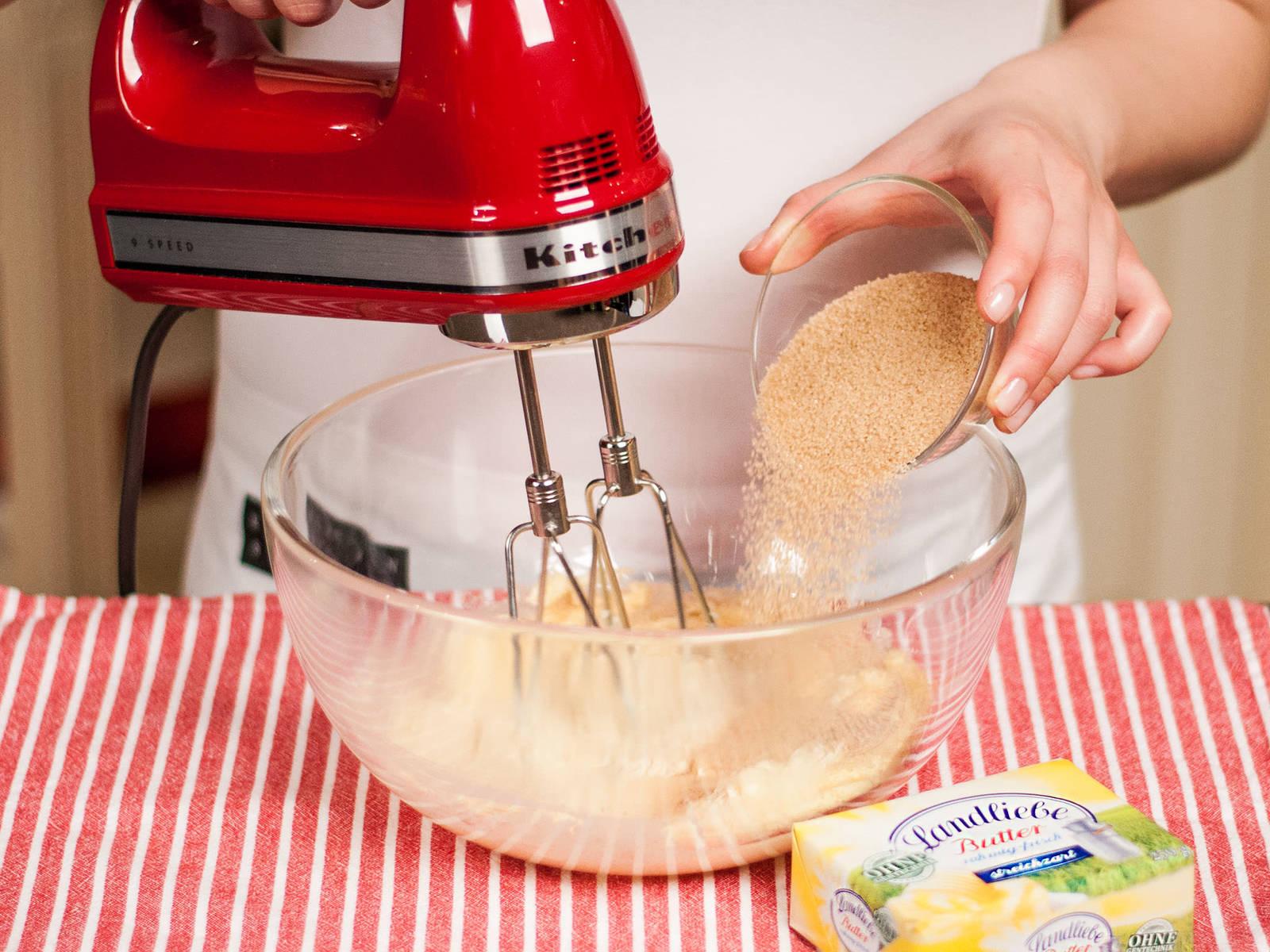 另取碗,将黄油、红糖和香草糖打发至蓬松发白。