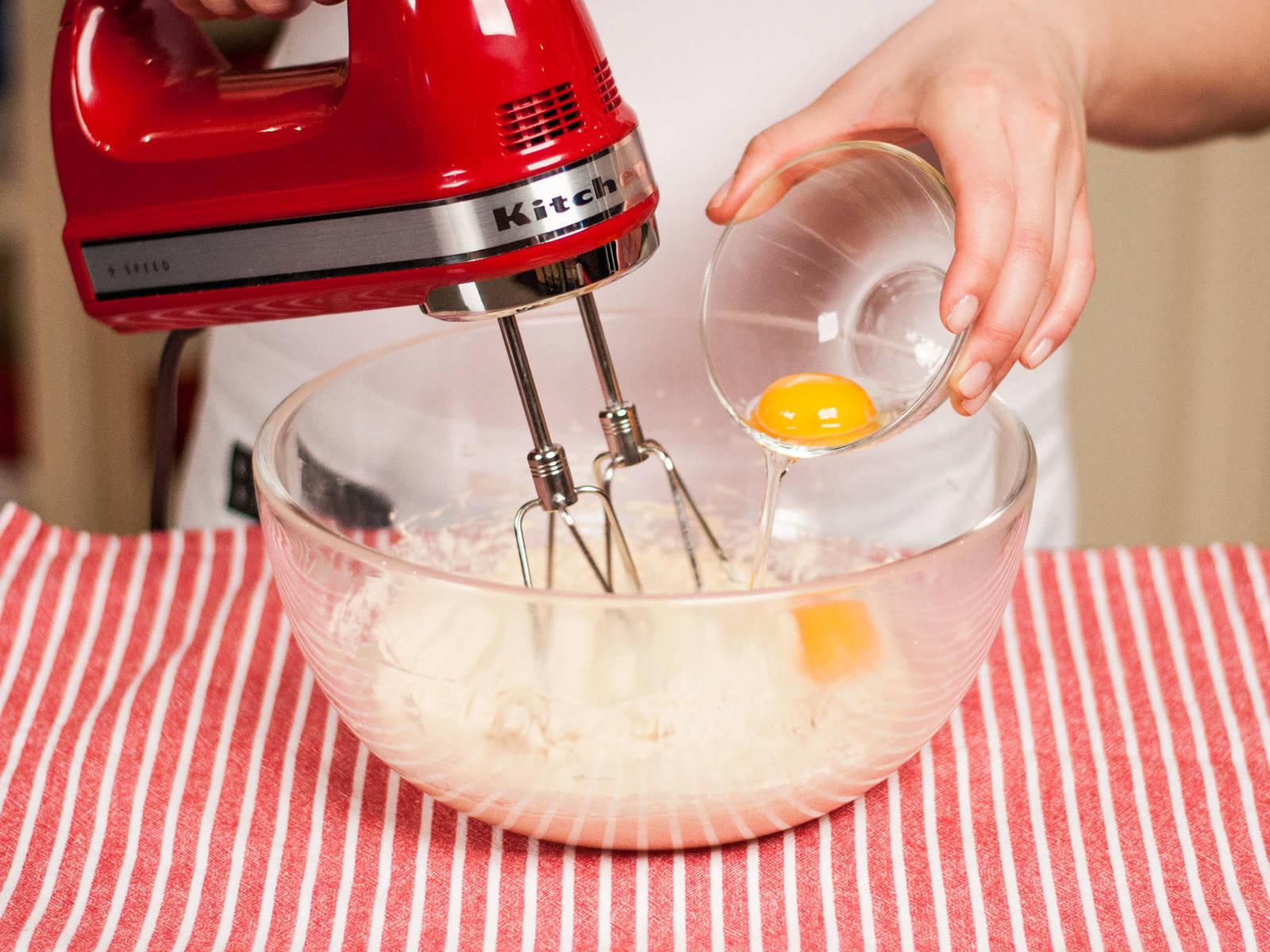 将两个蛋搅打至完全融合。
