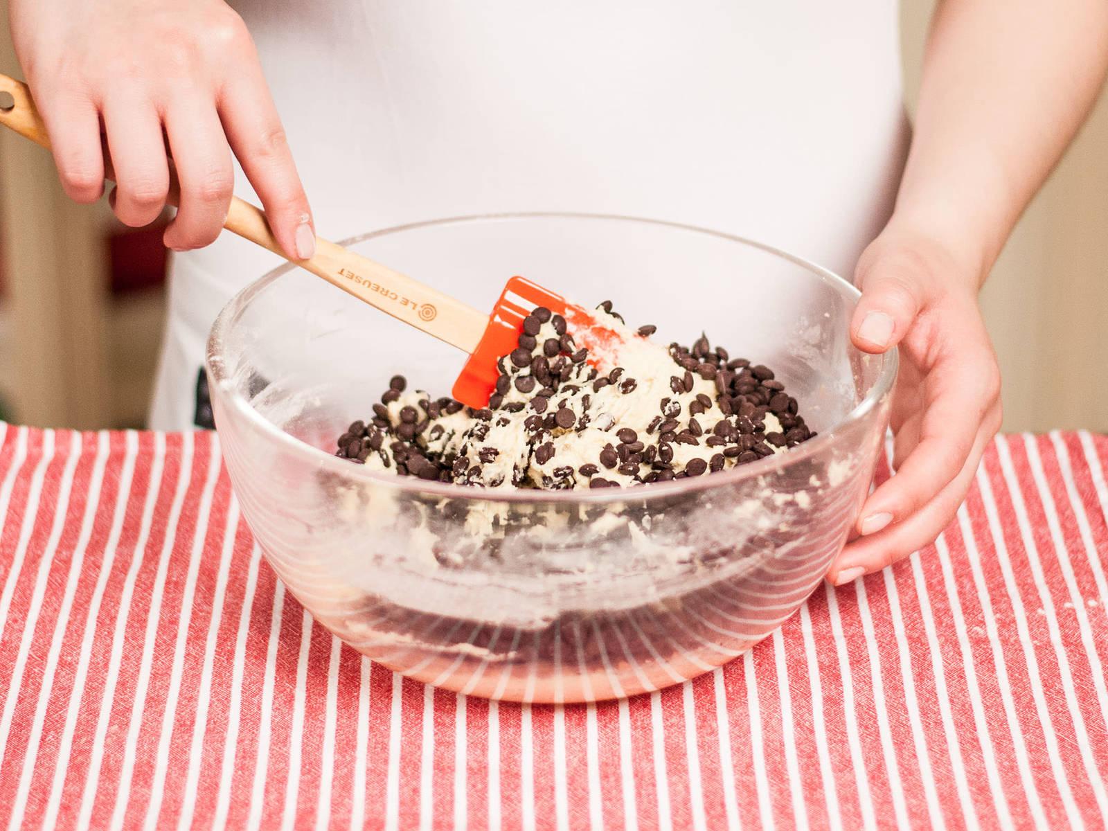 将面粉糊倒入黄油糊中,搅打均匀,拌入巧克力豆。