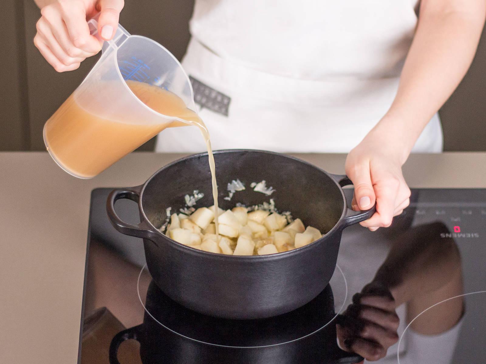Butter in einem kleinen Topf zerlassen. Knoblauch, Schalotten und Topinambur hinzugeben und anschwitzen. Mit Hühnerbrühe aufgießen. Mit Muskat, Salz und Pfeffer abschmecken und aufkochen lassen.