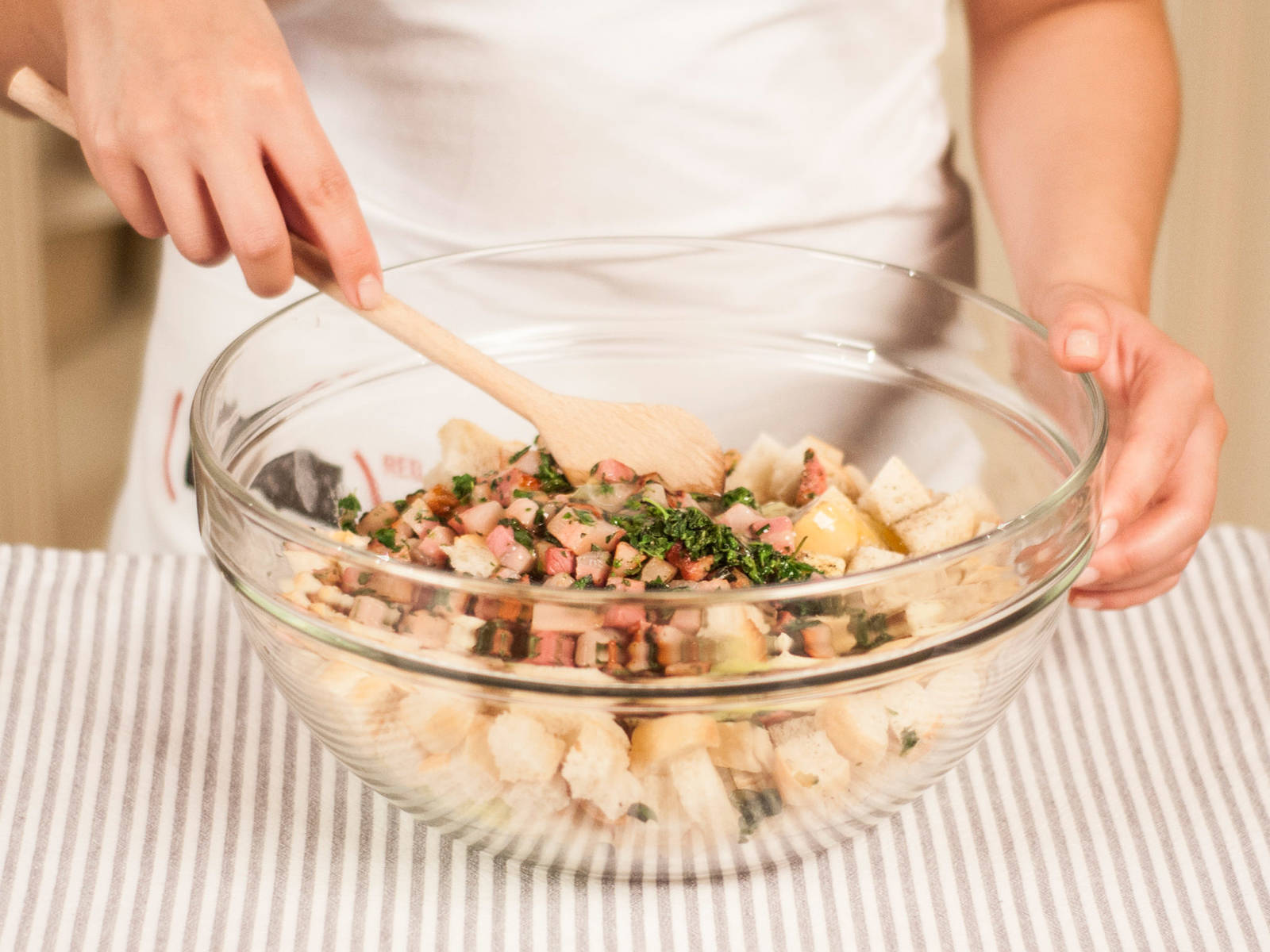 将白面包、苹果丁、芹菜丁和炒好的培根以及核桃拌匀。加入鸡蛋,搅拌至均匀。多放些盐和胡椒将馅料调味。