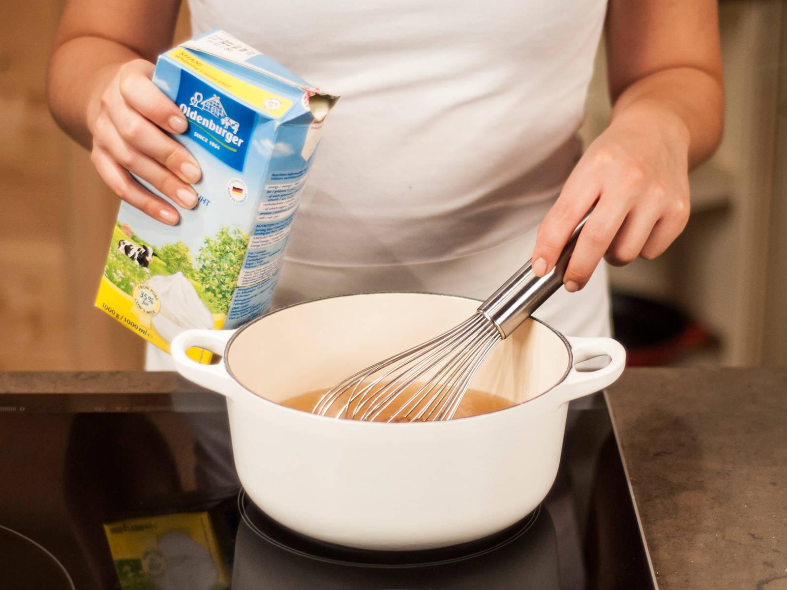 然后,将火鸡放入大浅盘中,静置10分钟左右。同时,将烤盘中的汤汁过滤至锅中,加入稀奶油和黄油煮沸,然后继续煮1-2分钟,期间持续搅拌制成酱汁。可用火鸡搭配酱汁享用。