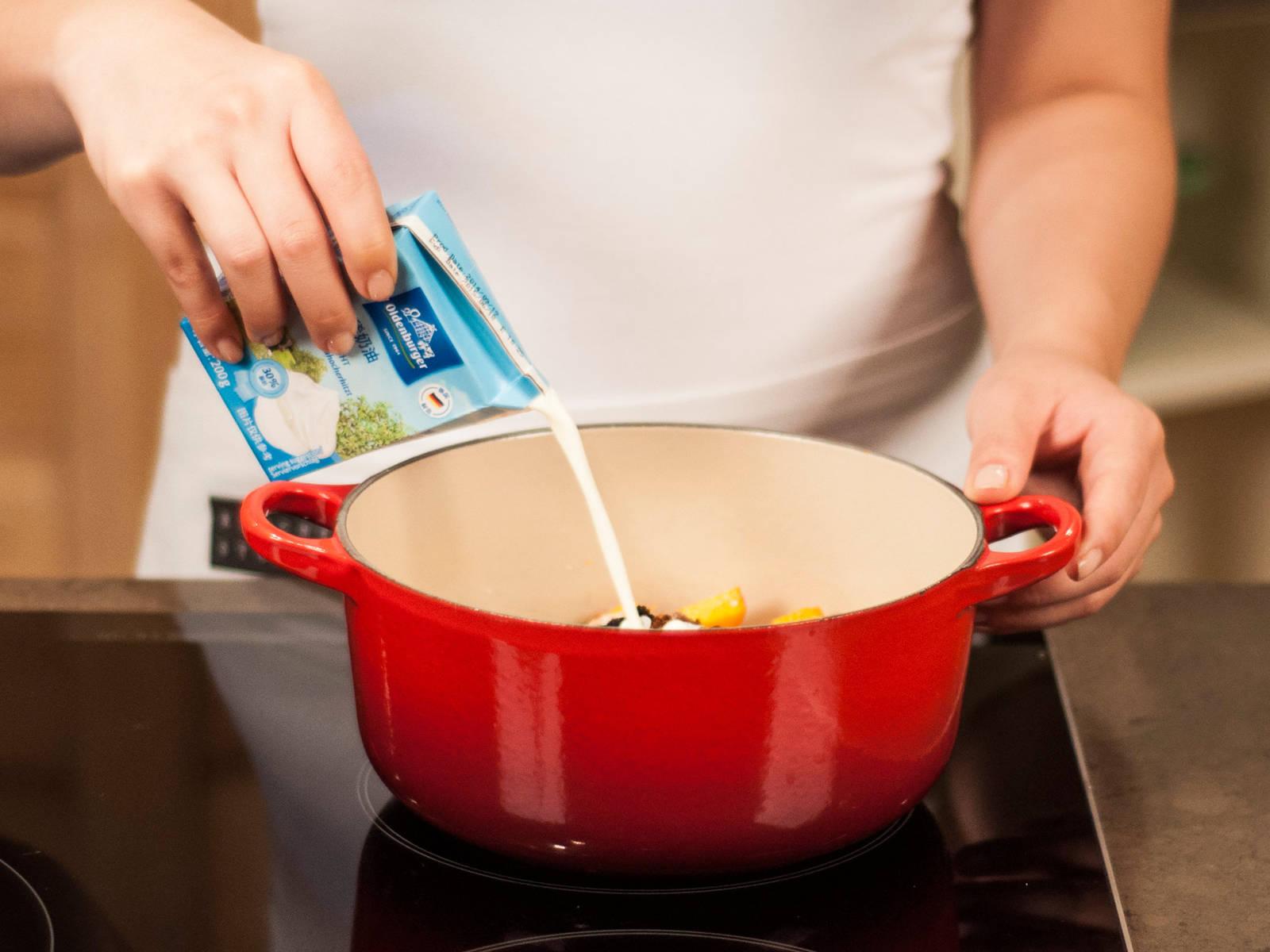 向一只大锅中加入南瓜、糖、剩余的盐、香料和稀奶油,煮沸,然后调至低温,加盖后继续煮20分钟左右至南瓜变软。期间不时搅拌。