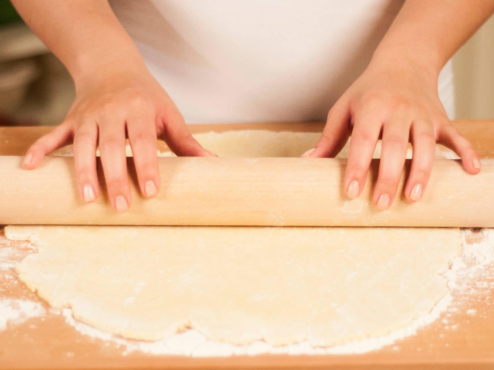 将面团放在薄撒面粉的工作台上擀,将面皮多翻面几次,以防粘连,擀至比派盘稍大的圆形。