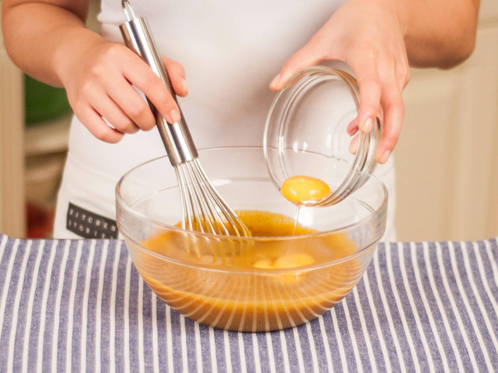 将所有鸡蛋和搅打过的南瓜混合物放入大碗中,继续搅打。