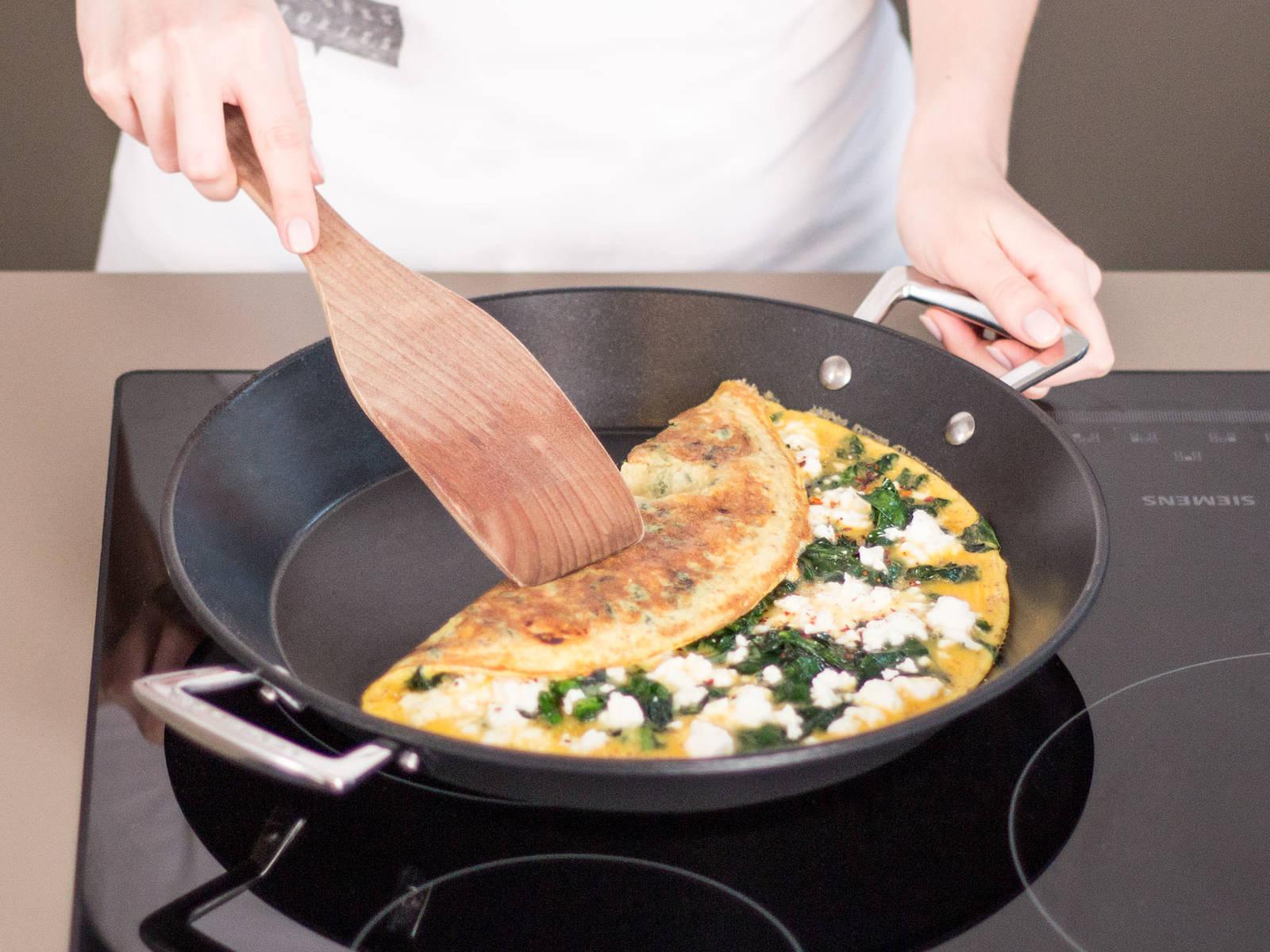 将蛋饼折成喜欢的形状,譬如信封状。然后继续煎熟即可。倒入盘中享用吧!
