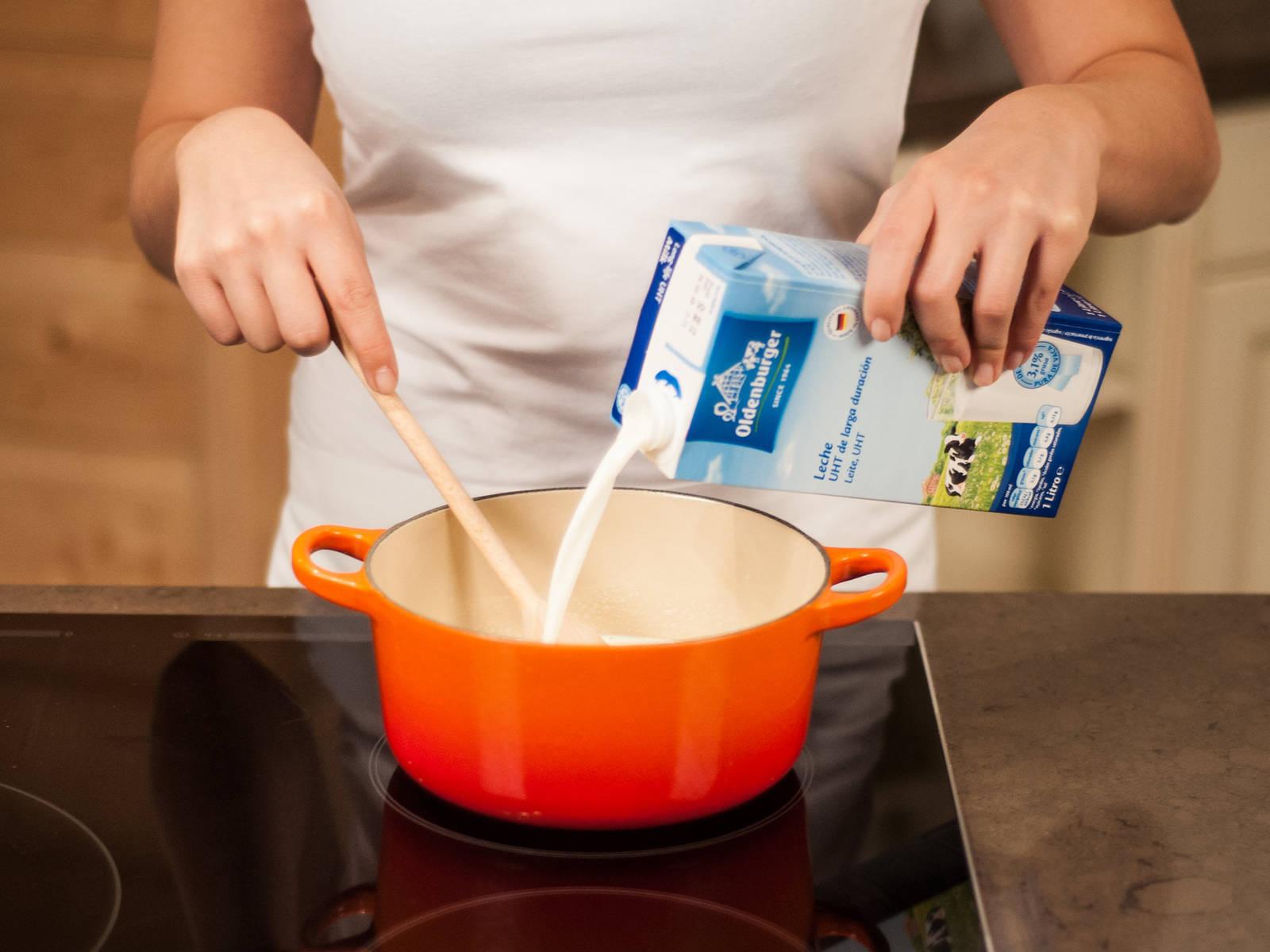 Backofen auf 110°C vorheizen. Milch, Sahne, ein Drittel des Zuckers, Vanillemark und eine Prise Salz in einem Topf verquirlen und leicht zum Kochen bringen.