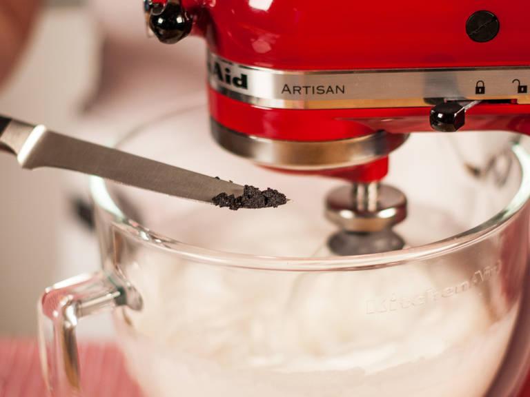 In der Küchenmaschine Eiweiß schaumig schlagen. Weinstein und Vanillemark dazugeben. Anschließend ca. weitere 5 Min. schlagen, bis sich Spitzen formen.