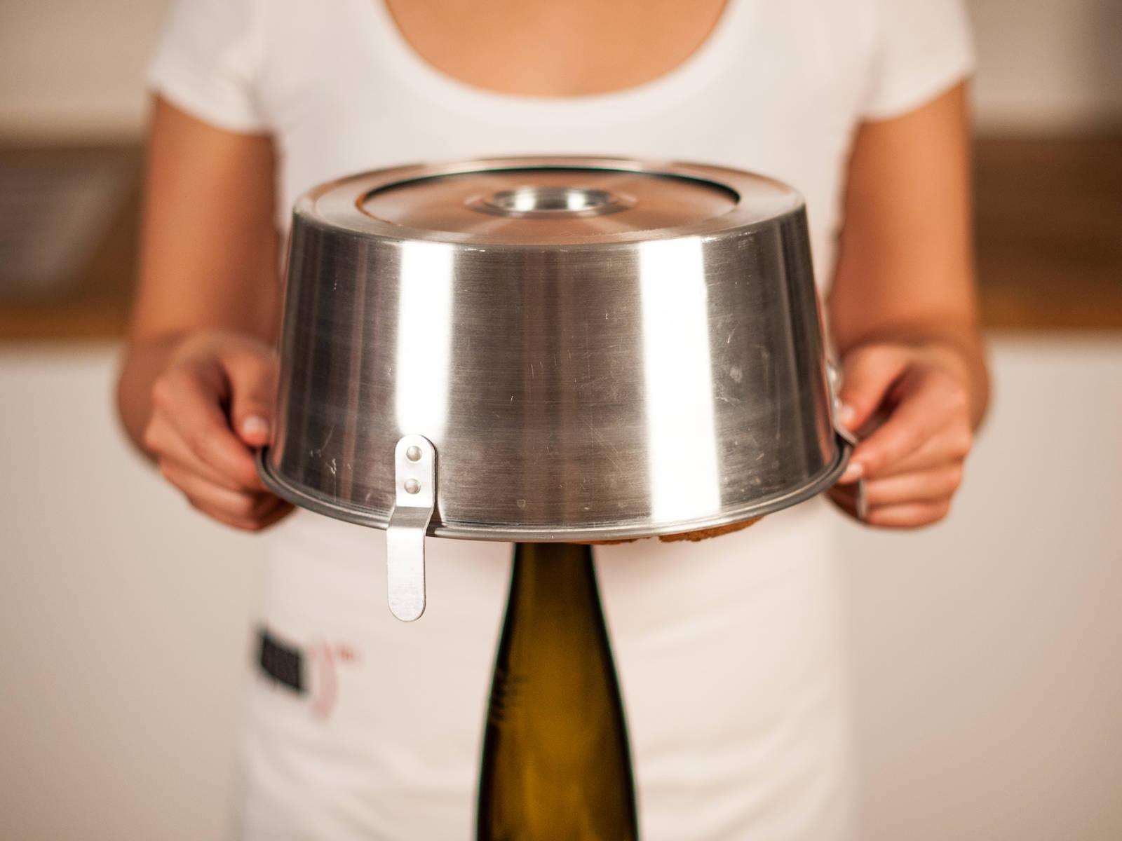 Den fertig gebackenen Kuchen auf die Füße stellen oder mit dem vorhandenen mittleren Loch auf eine Flasche stülpen. Für ca. 1 h auskühlen lassen.
