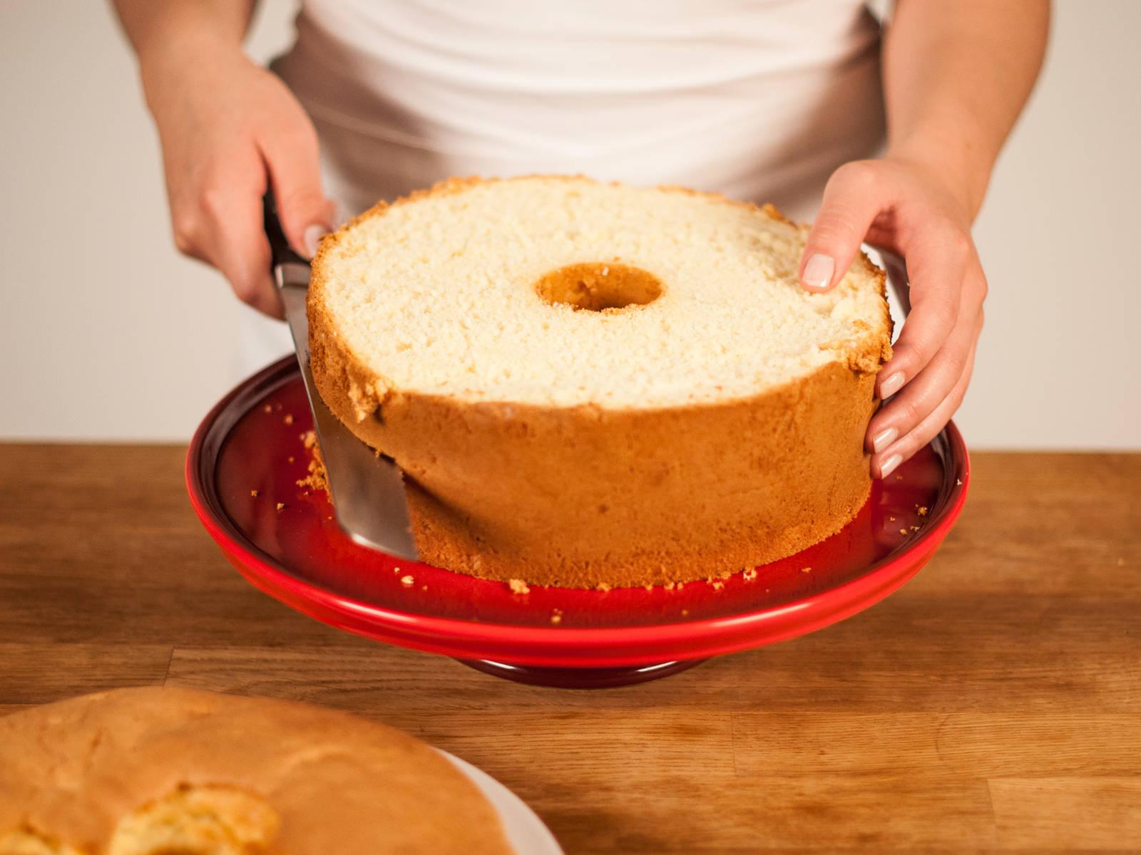 Mit einem Messer am Rand der Backform entlangfahren. Den Kuchen vorsichtig aus der Form lösen und mit einem Brotmesser waagerecht in 3 Teile schneiden.