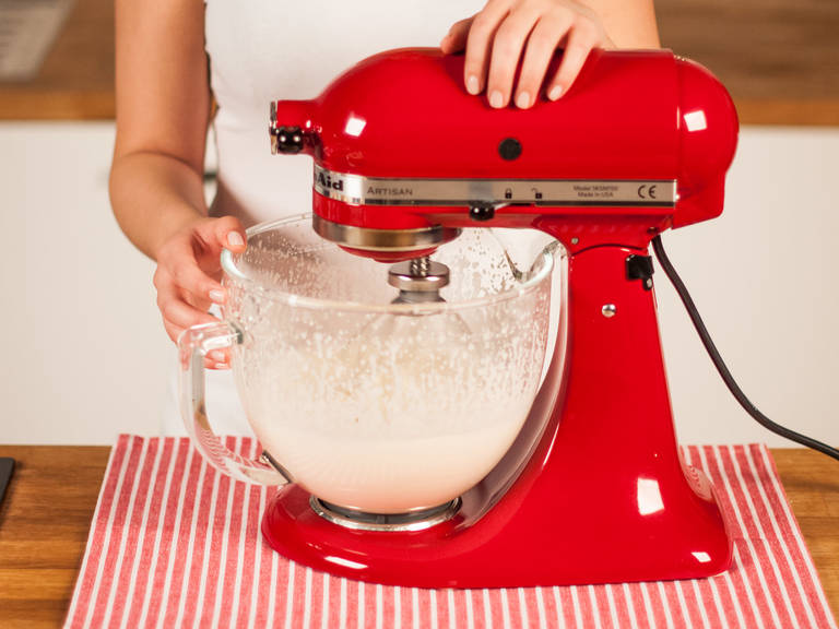 Vor dem Anrichten Sahne mit Puderzucker in der Küchenmaschine steif schlagen.