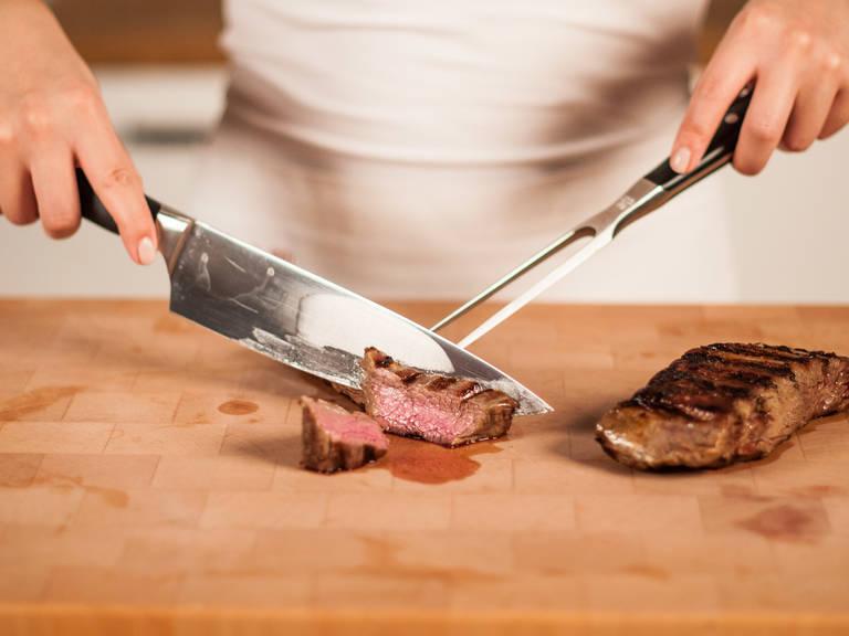 将牛排切成薄片(切牛排的时候始终要垂直于牛肉纹理切,这样肉质才能最嫩)。