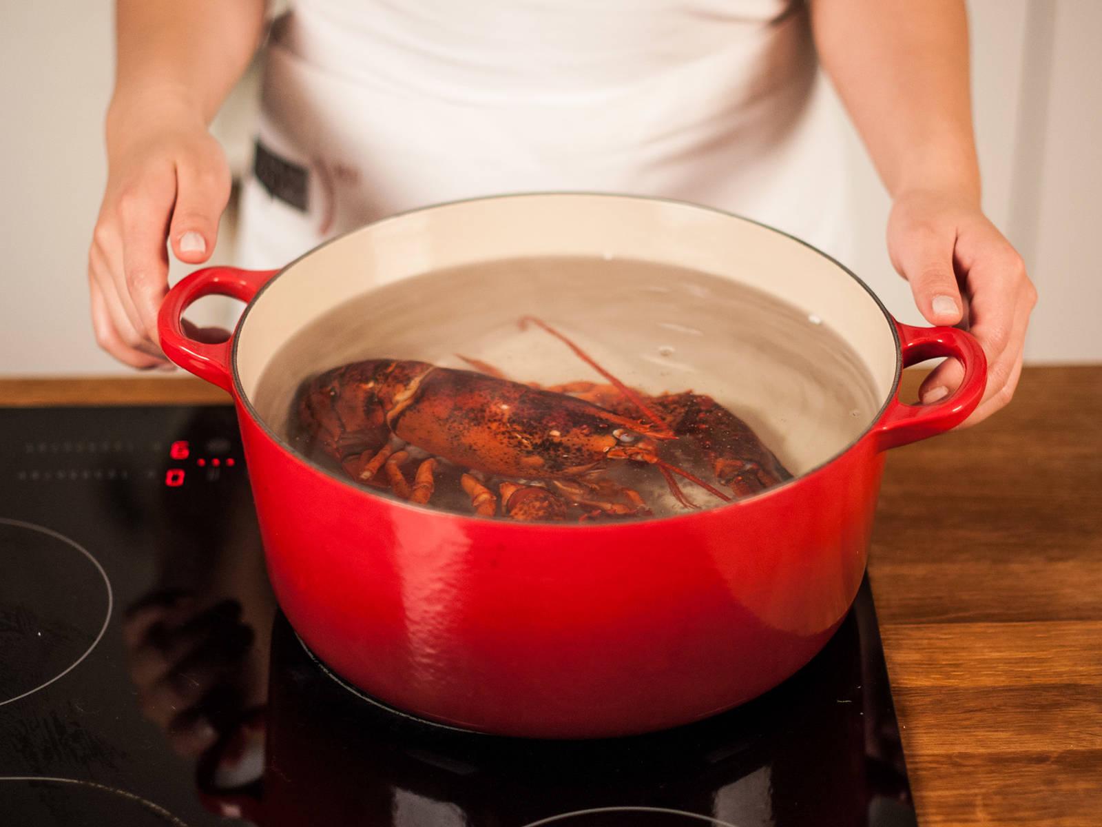 将龙虾煮至半熟,以避免烤好后外熟内生。将龙虾放入沸水锅中,煮5分钟左右。