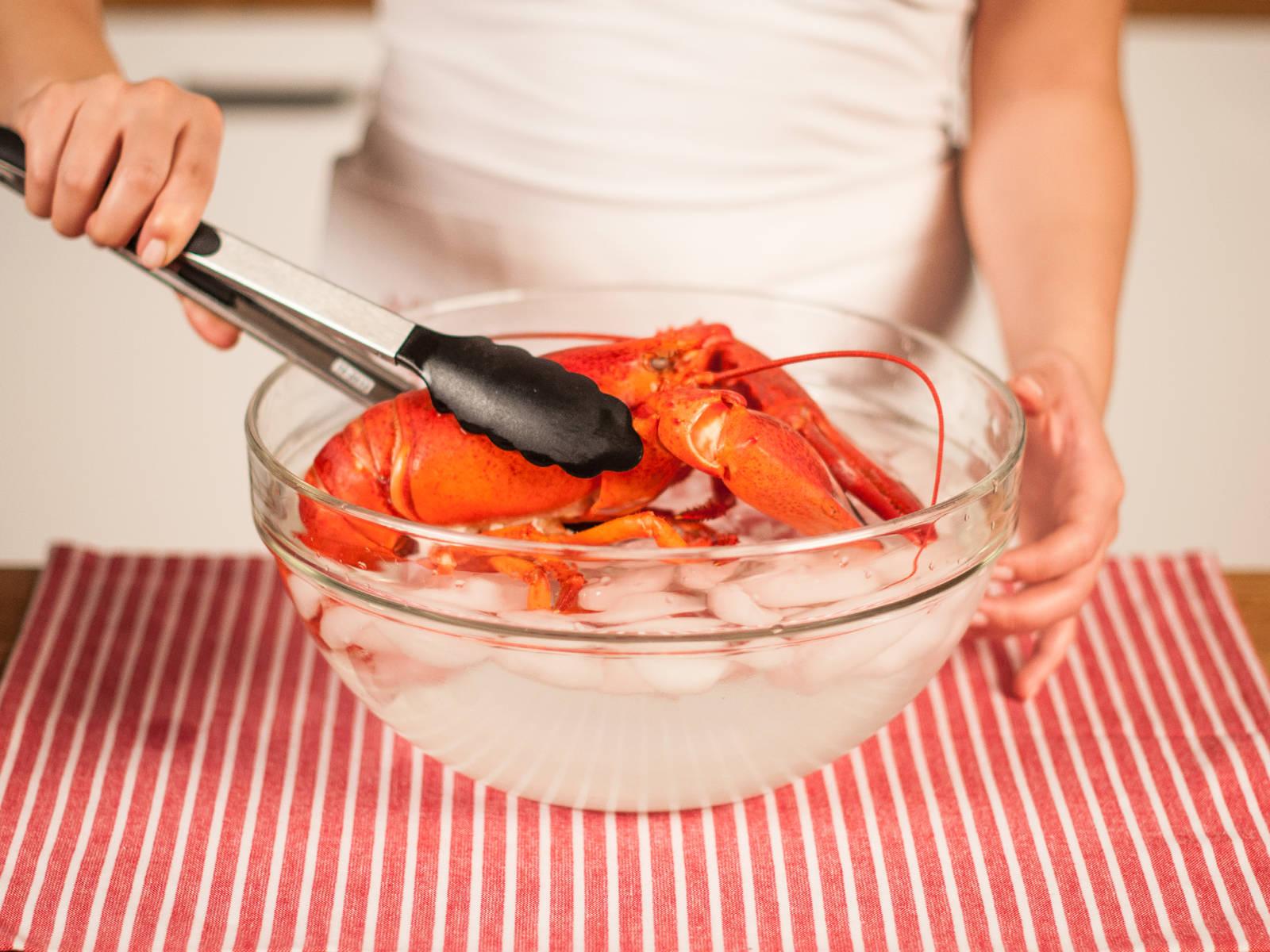 现在,取出龙虾,浸入冰水,以中断其持续加热。