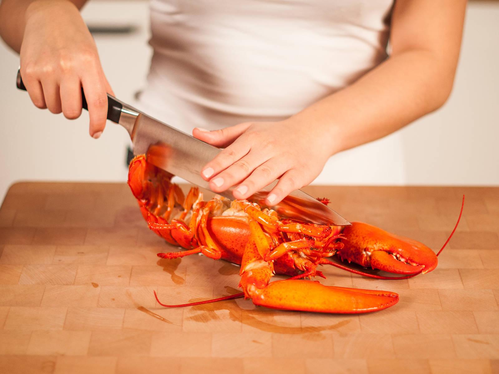 将龙虾从头到尾纵向切成两半。去掉龙虾肝(绿色部分)。