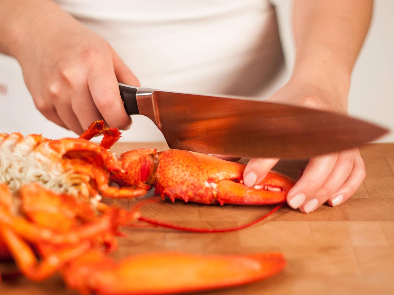 用同一把刀切掉小爪,在大爪上开个口,以便烹饪时入味。