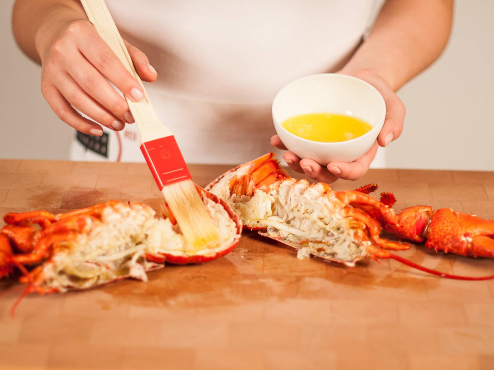 用融化黄油、柠檬汁、一点点盐和现磨胡椒粉拌成调料,按需加些蒜末,刷在露在外面的虾肉上。