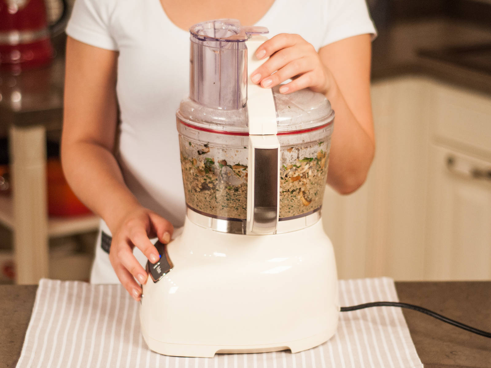 将蘑菇混合物放入食品加工机搅打成泥。