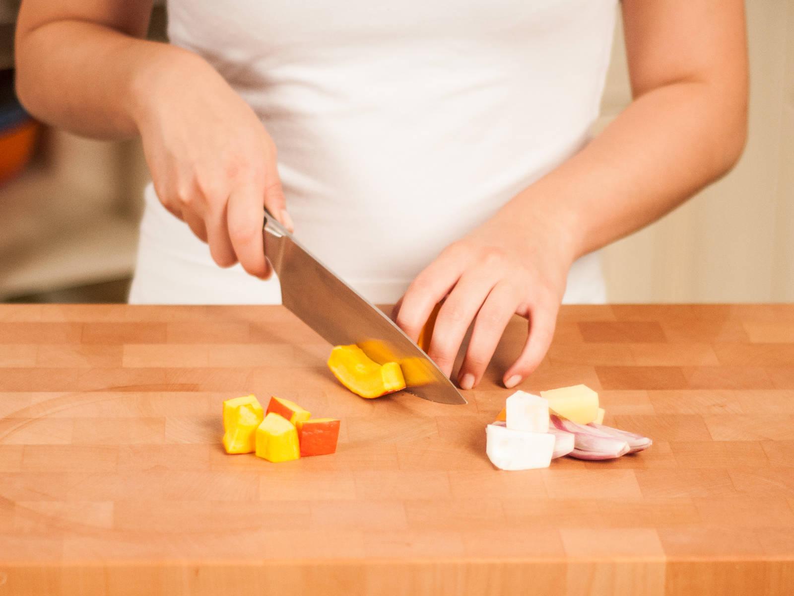 将土豆和芹菜根去皮,切成核桃大小的丁。将洋葱切片。摘下香草叶,粗略剁碎。将北海道南瓜切成大小均匀的小方块。