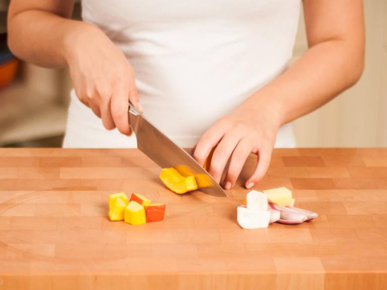Kartoffeln sowie Sellerie schälen und in walnussgroße Würfel schneiden. Zwiebeln in Ringe schneiden. Kräuter verlesen und grob hacken. Kürbis in gleich große Würfel schneiden.