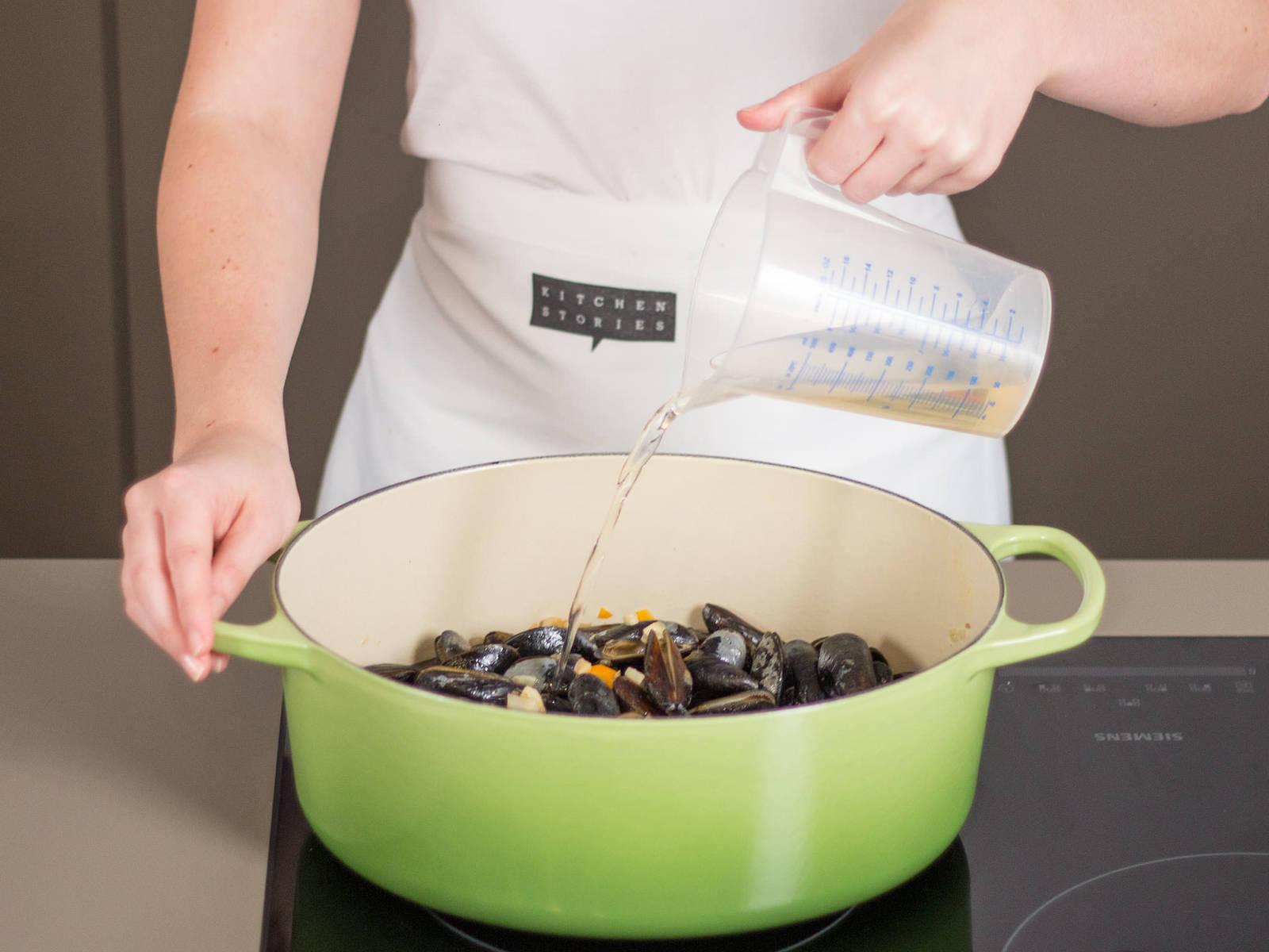 在厚底汤锅中,中火加热些许植物油,翻炒蔬菜丁,直至它们稍微变棕色。放入贻贝,撒盐与胡椒调味。倒入白葡萄酒,盖上盖子,中火煮5分钟。大部分贻贝都浮到表面后即可捞出,去掉未上浮的贻贝,因为这说明它们不新鲜。保留汤水。