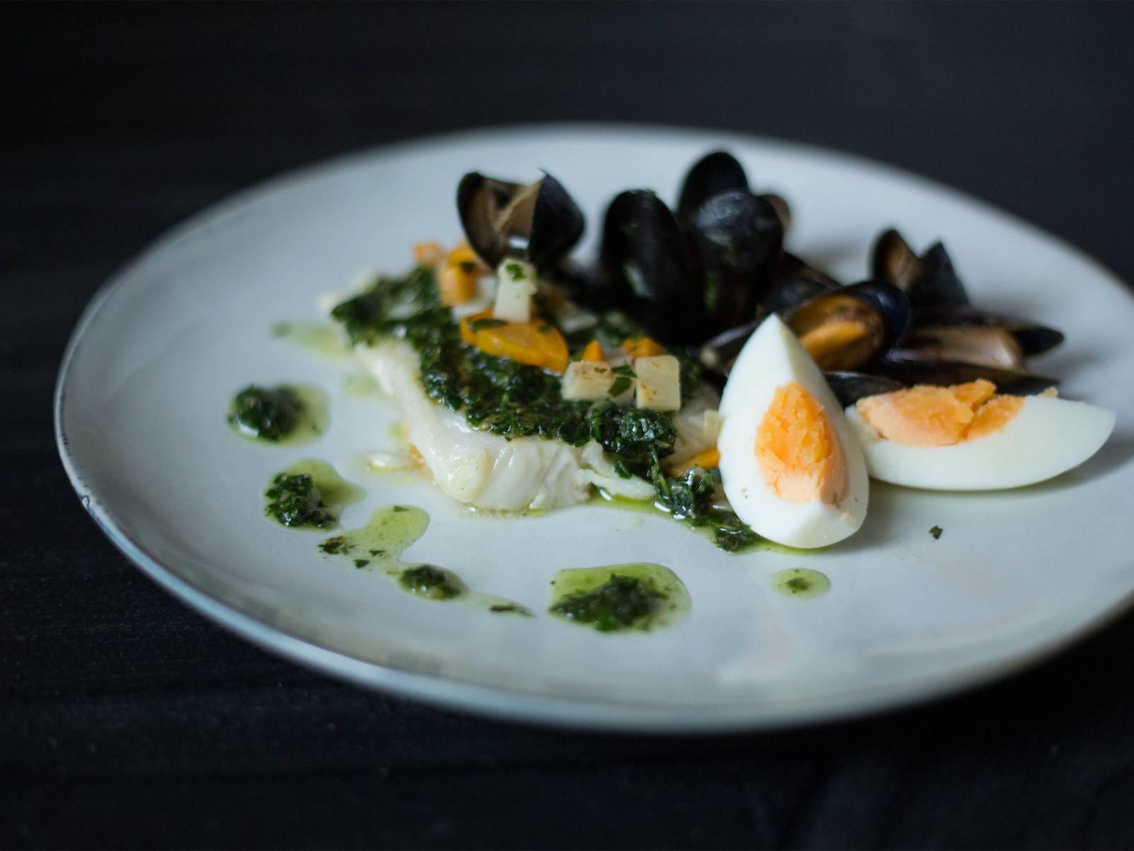 在鳕鱼煮熟前一小段时间,将贻贝放回锅中加热。上菜时,倒上欧芹酱,将鸡蛋切成四份,摆在鳕鱼周边。尽情享用吧!
