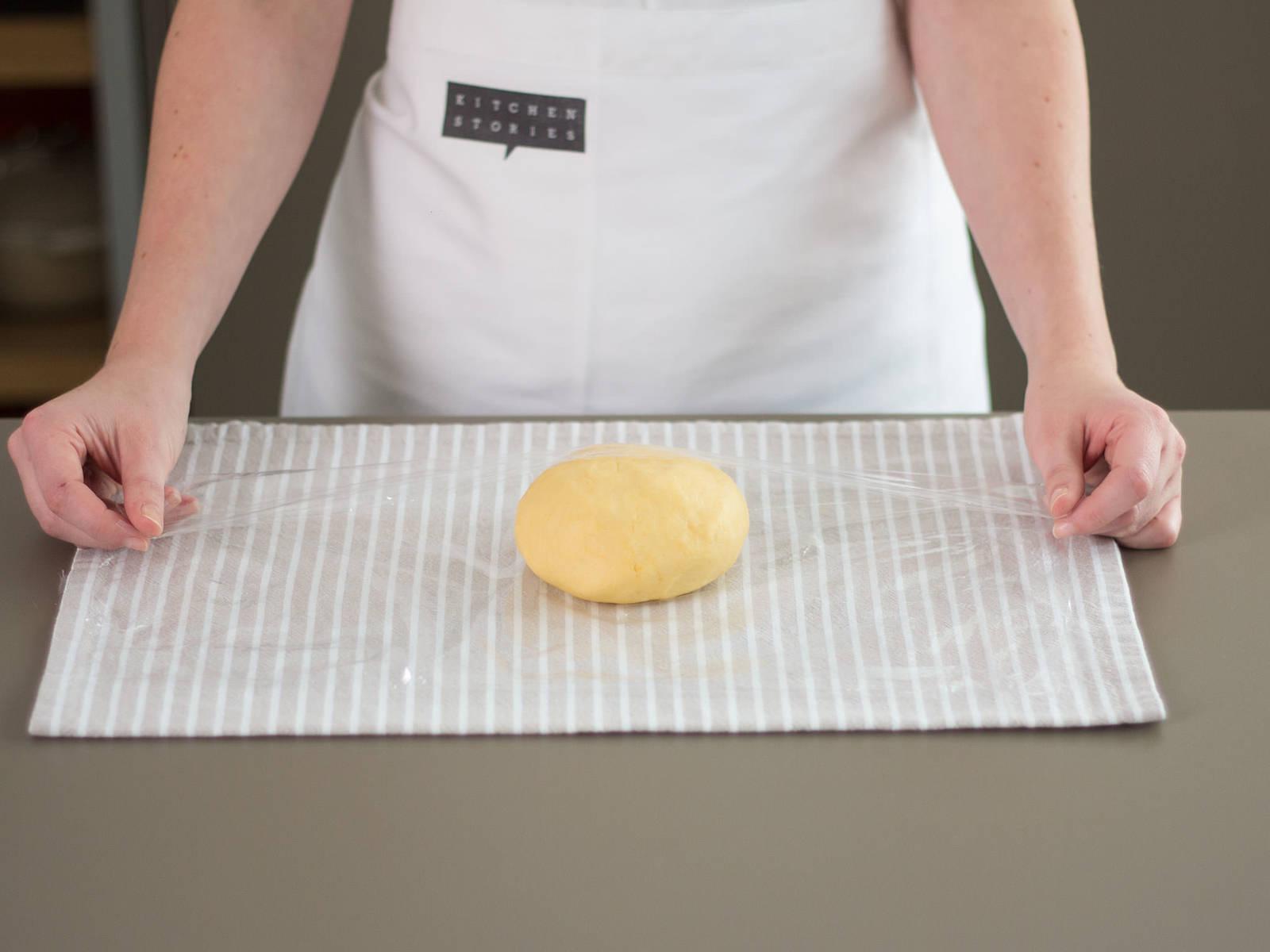 将面团用保鲜膜包裹好,放入冰箱,静置约 30 分钟。