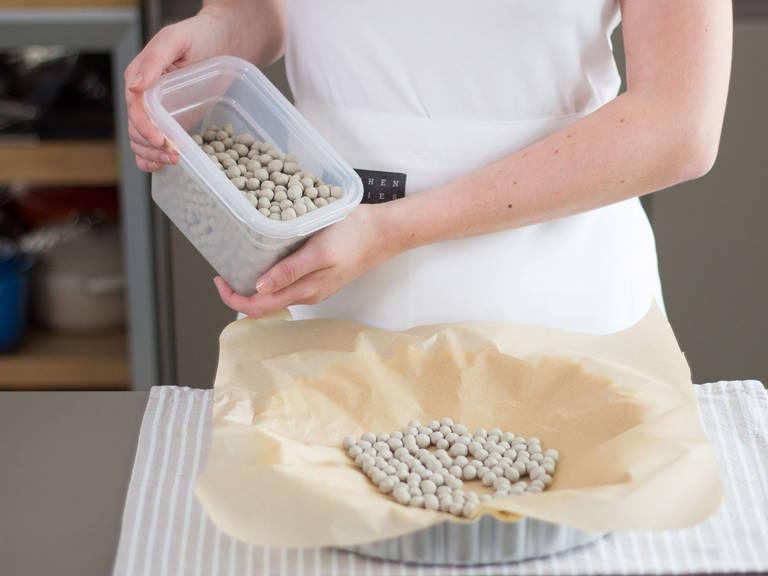 Tarteform mit Butter einfetten. Arbeitsfläche mit Mehl bestäuben, Teig ausrollen und in die Tarteform geben. Vorsichtig mit Backpapier auslegen und mit Backbohnen füllen. Im vorgeheizten Backofen bei 180°C ca. 8 – 10 Min. blindbacken. Beiseitestellen.