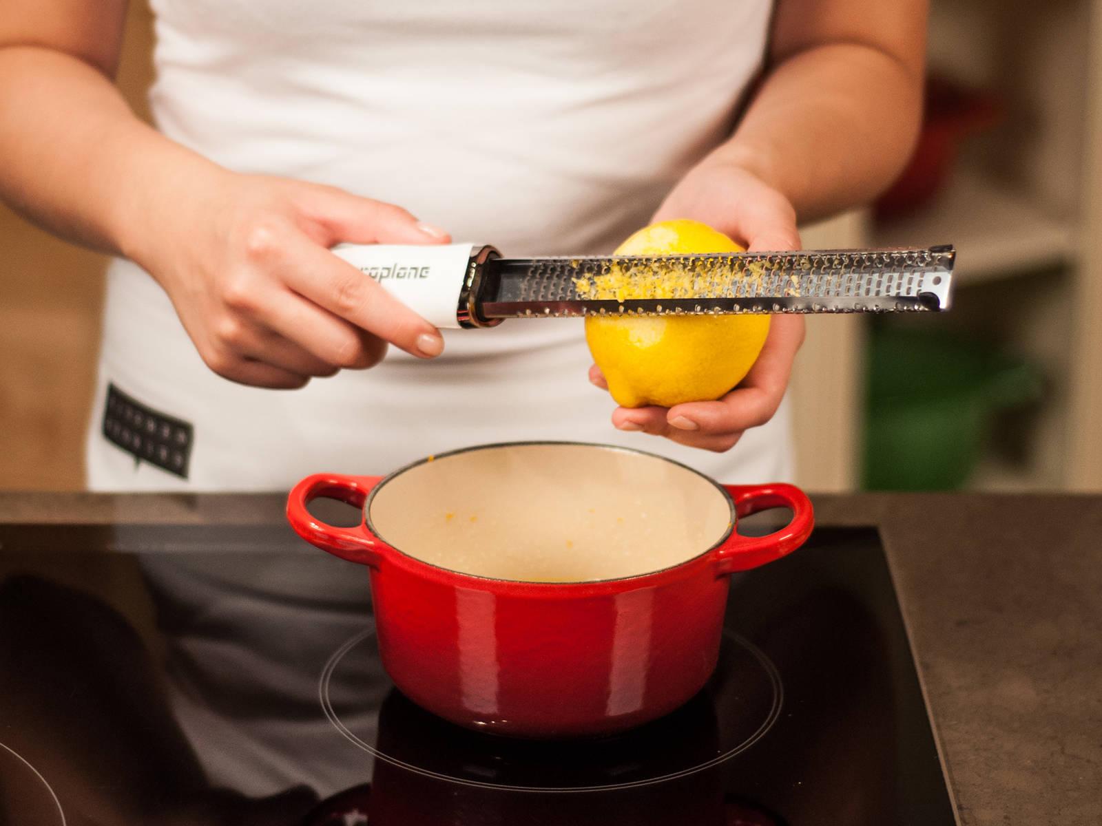 将烤箱预热至 190°C/375°F。在小锅中用中火融化黄油、蜂蜜和糖,并不时搅拌,以免烧焦。将橙子和柠檬皮碎撒入锅中,加入盐,并搅拌均匀。停止加热。