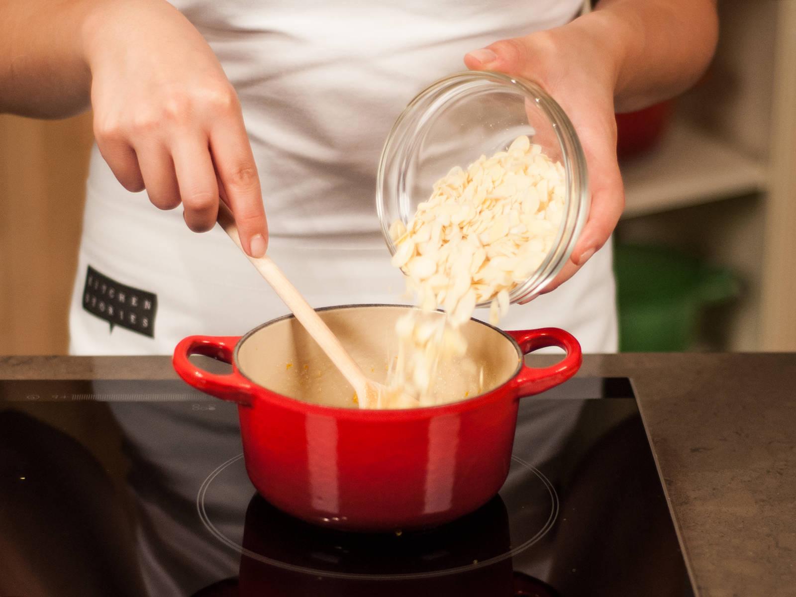 拌入切碎的花生和切片的杏仁。