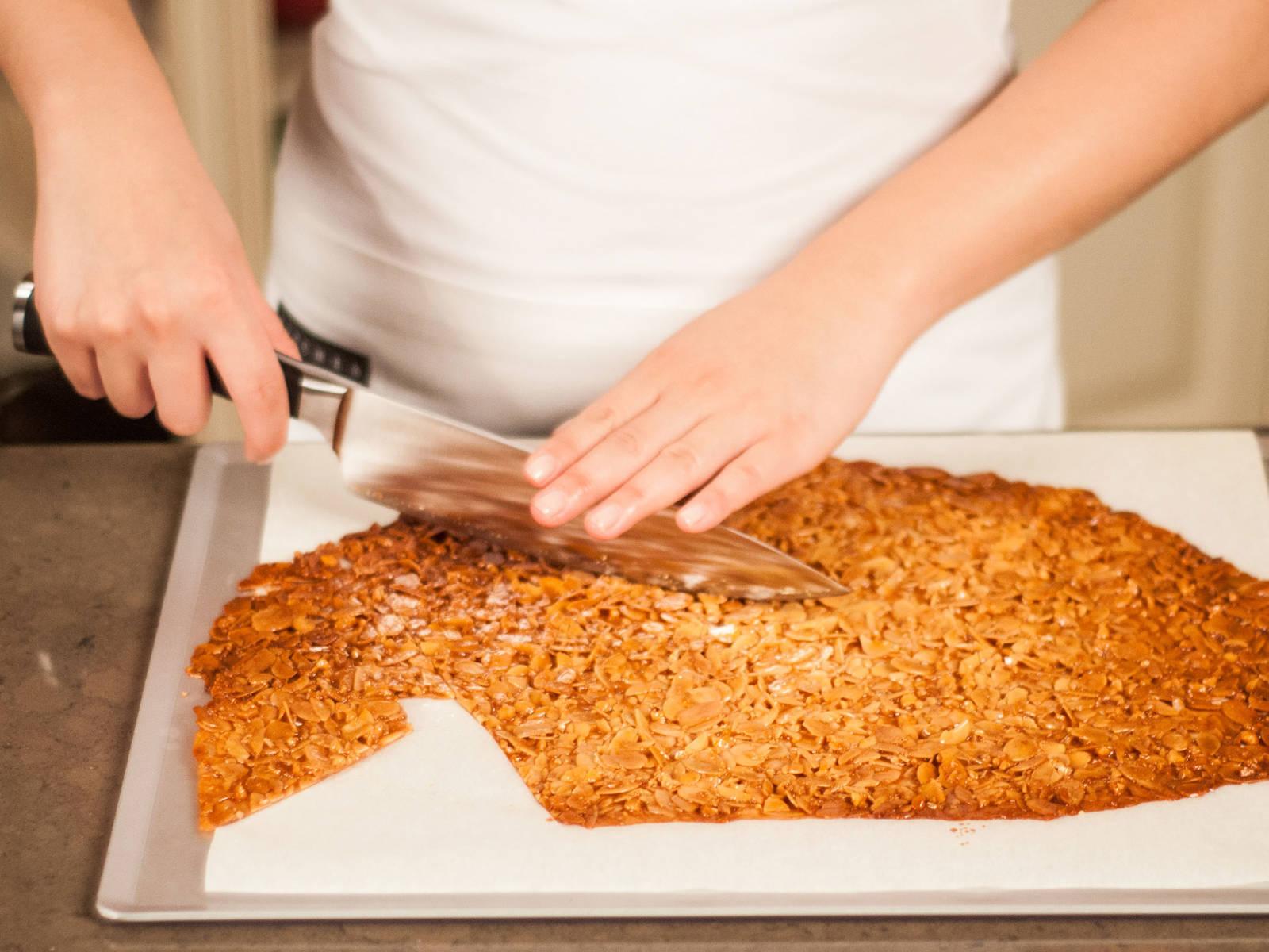 趁热切成大小均匀的长方形。可根据个人口味,饰以巧克力酱和盐。尽情享用吧!