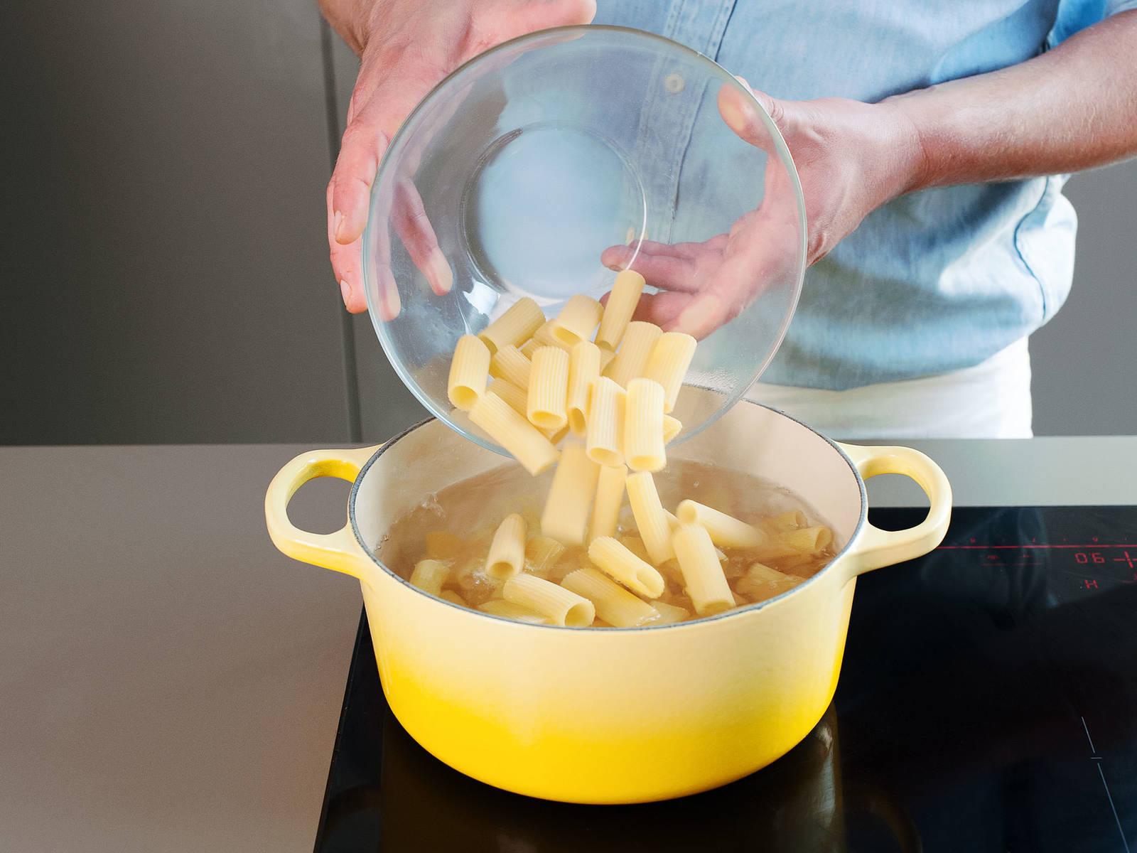 Einen großen Topf zu Hälfte mit Wasser füllen und auf hoher Stufe zum Kochen bringen; anschließend Salz hinzugeben. Rigatoni in das kochende Wasser geben und je nach Packunsanweisung al dente kochen, ca. 10 - 12 Min. Pasta abgießen und etwas von dem Nudelwasser zur Seite stellen.