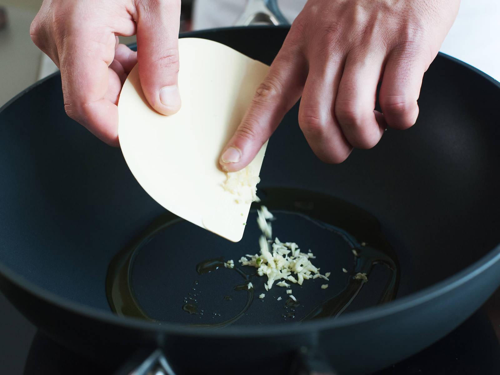 在大煎锅中,中火加热些许橄榄油后,倒入蒜末,翻炒1-2分钟,直至蒜末开始变棕色。小心别让蒜炒焦了。
