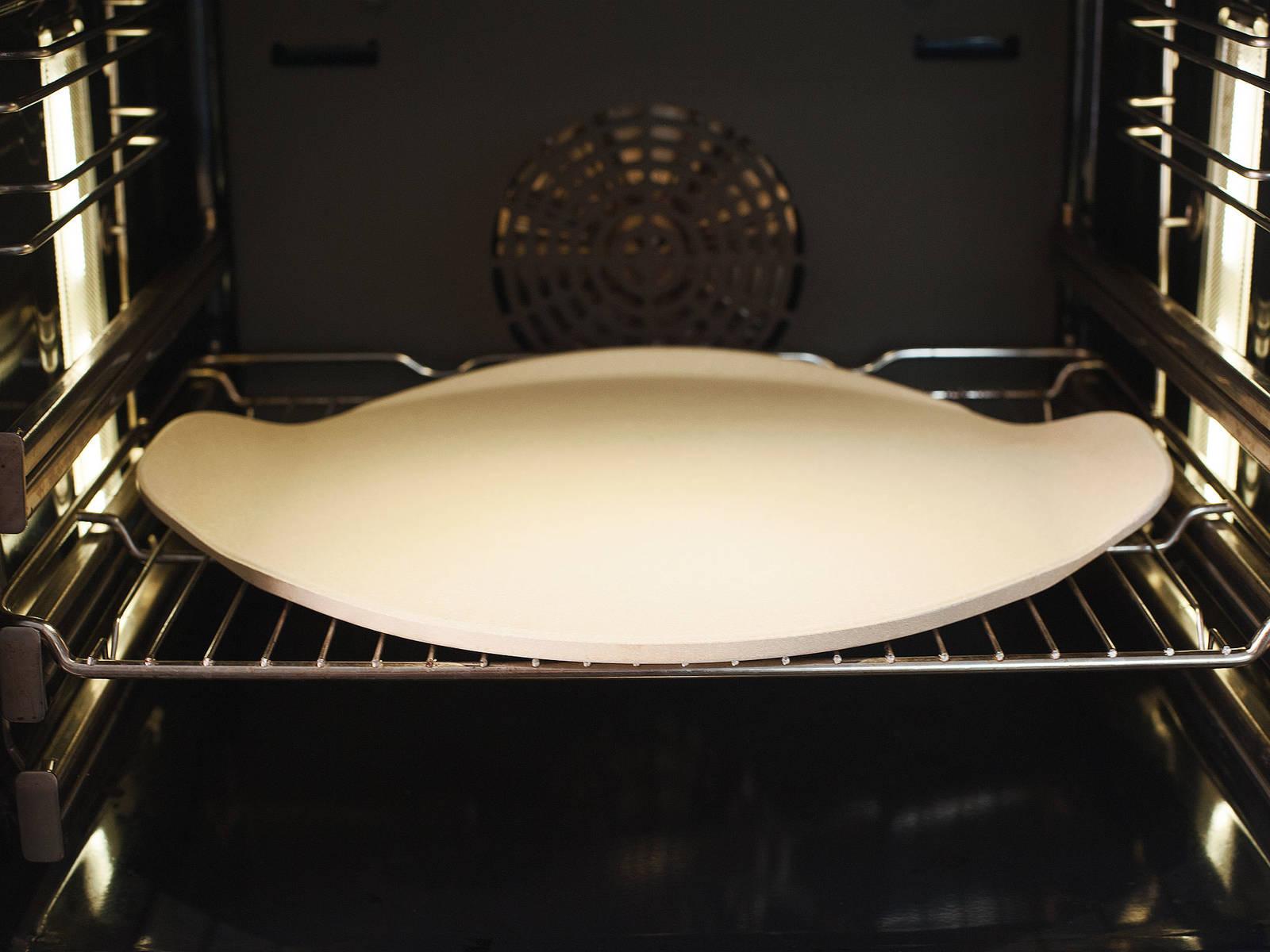 Pizzastein in den kalten Ofen legen und den Ofen auf 250°C vorheizen.