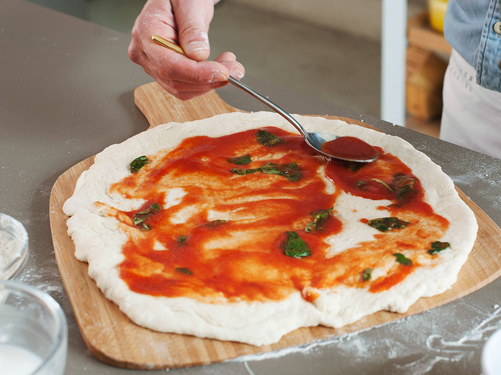 In einer kleinen Schüssel passierte Tomaten, Olivenöl und Salz mischen. Basilikumblätter grob abreißen und zur Sauce hinzugeben. Eine dünne Schicht der Sauce auf der Pizza verteilen und im vorgeheizten Backofen auf dem Pizzastein bei 250°C für ca. 6 - 7min. backen.
