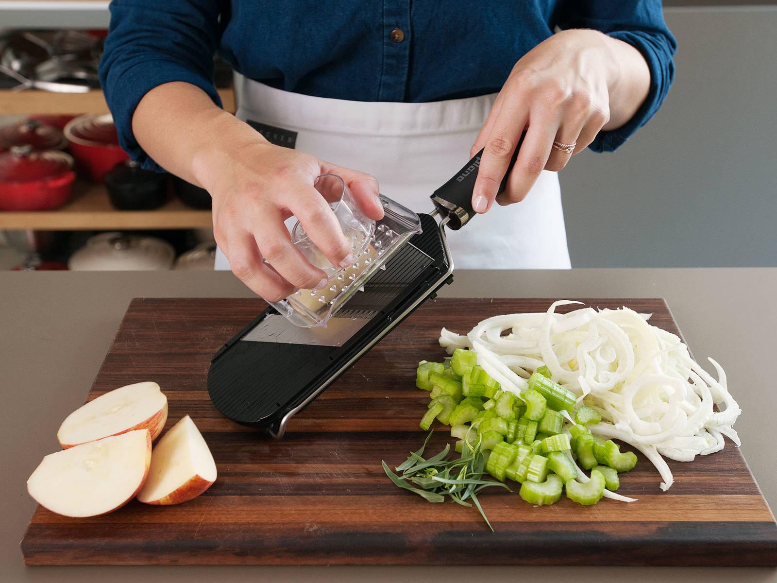 Stangensellerie in ½-cm große Stücke schneiden. Estragonblätter grob hacken, Schalotte fein würfeln. Die Fenchelknolle zuschneiden und mit dem Gemüsehobel in feine Scheiben schneiden. Apfel entkernen und auf dem Gemüsehobel in Scheiben schneiden, anschließend stifteln.