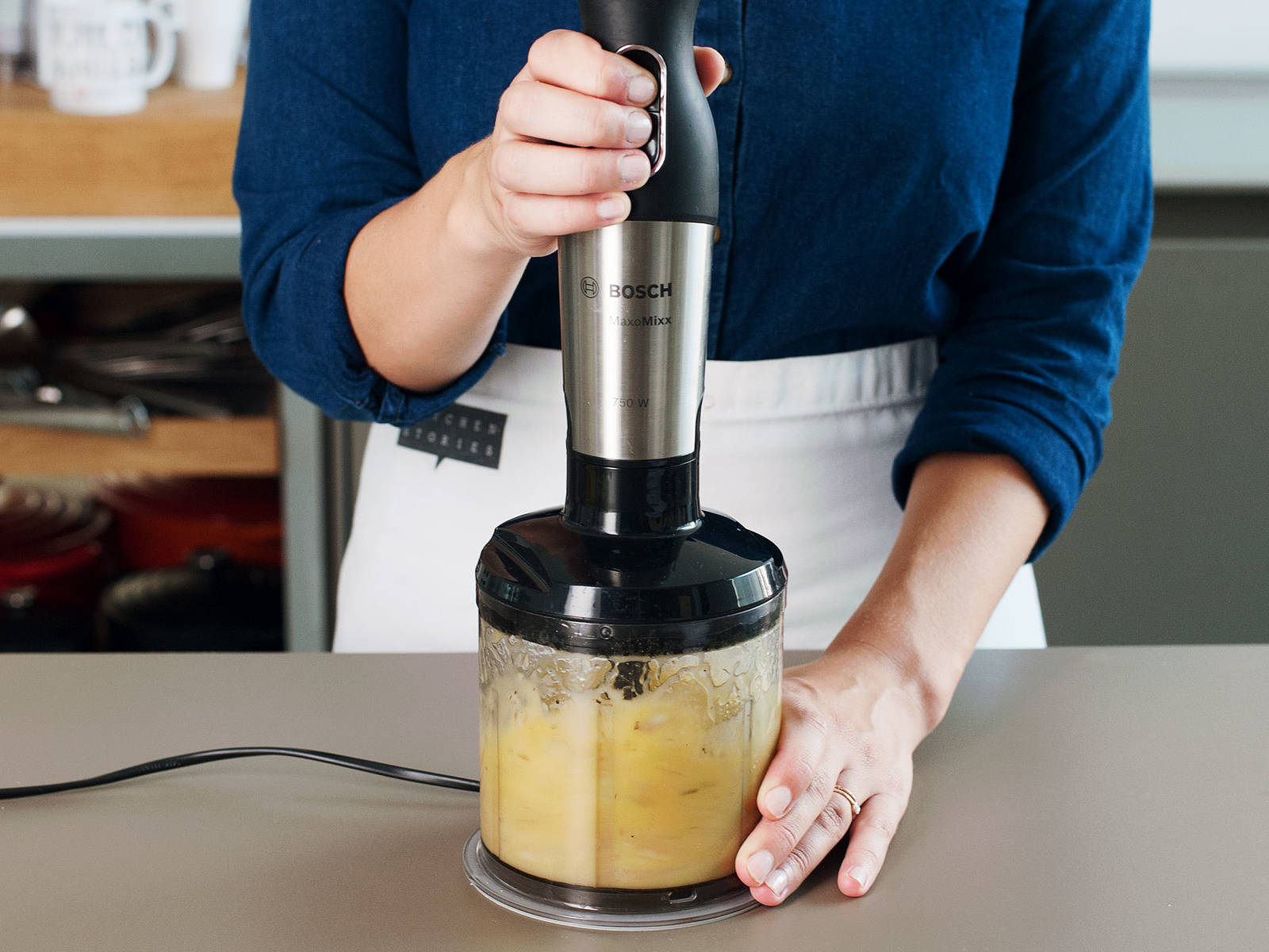在小碗或搅拌机中,混合搅拌橄榄油、蜂蜜、柠檬汁、葱以及盐与胡椒,直至混合物呈乳液状。往大碗中放入茴香、芹菜、苹果和芝麻菜。淋上酱汁,并搅拌至完全混合。如有需要,可进行适当调味。