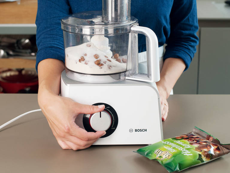 Backofen auf 175°C vorheizen. Tarteform mit Butter fetten. Haselnüsse, Mehl, Zitronenabrieb, Zimt, Nelken, Zucker und Salz im Zerkleinerer zu einer feinen Masse zermahlen. Butter und Ei hinzufühen und zu einem lockeren Teig vermischen.