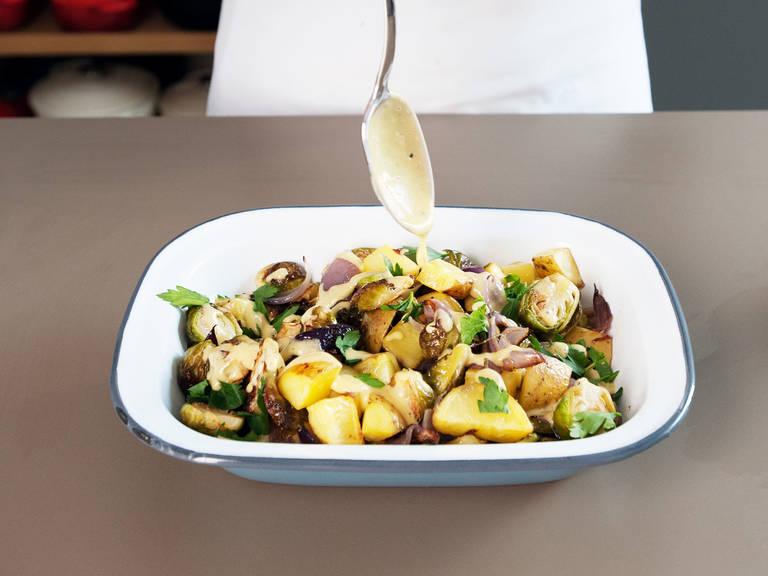 Gebackenes Gemüse auf einen Teller geben und mit der Soße beträufeln. Mit Petersilie garnieren.