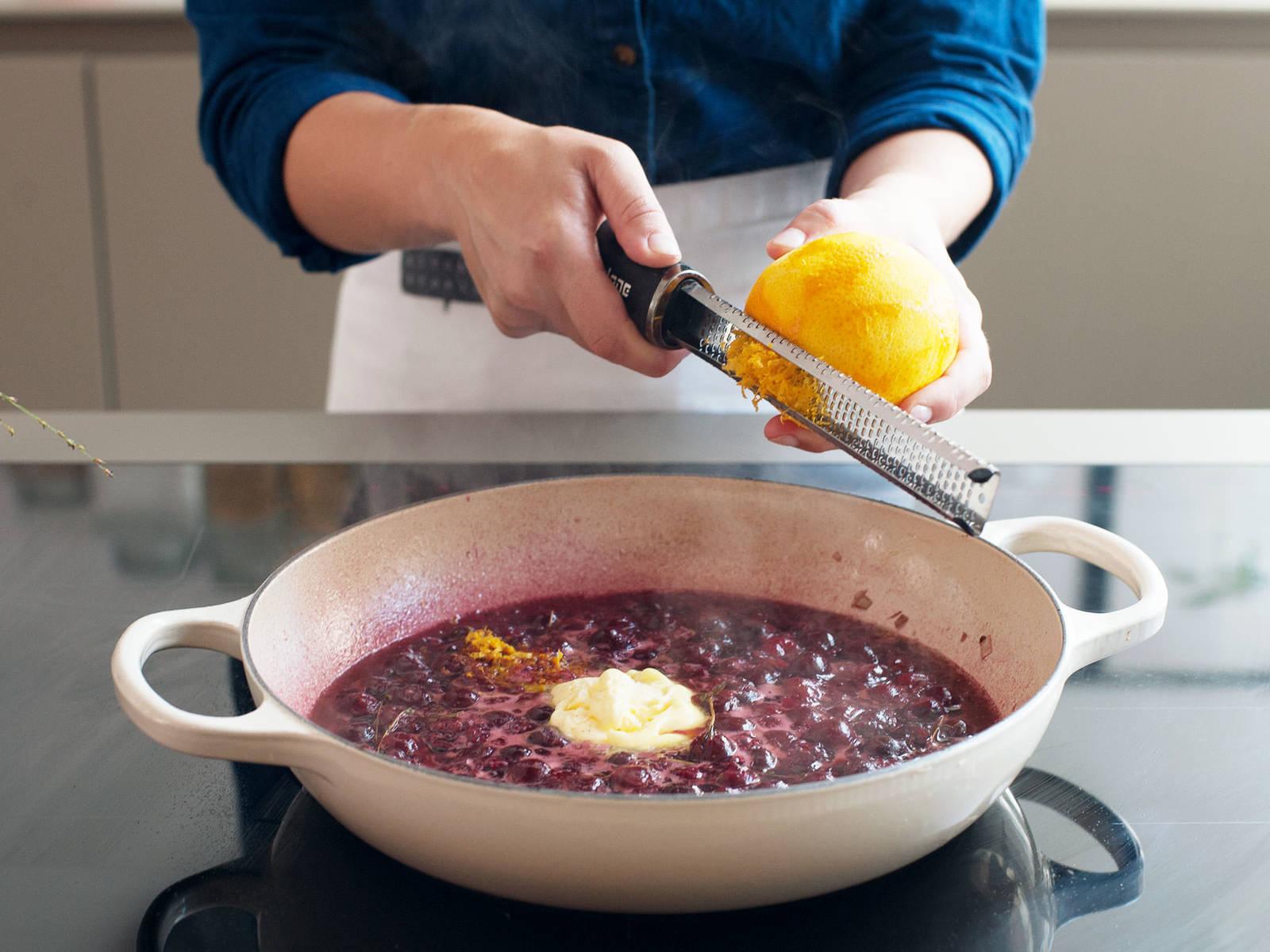 取出百里香,拌入黄油和橘子皮碎,撒盐与胡椒调味。将鸭胸肉切薄片,放到上菜盘中。淋上樱桃波特酒酱享用。祝好胃口!