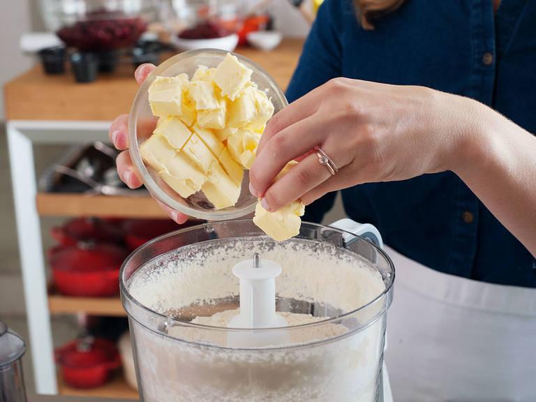 制作派皮:将面粉、些许糖和些许盐。放入黄油,用手或料理机将其混合,直至形成零碎大块。在混合物中间抠出一块地方,倒入水,一次一点,然后用手搅拌至稍微混合。继续此操作,直至所有的水都被吸收,且面团成型,并有些许小块。如果面团看起来有些干,可加多点水,一次加一汤匙。