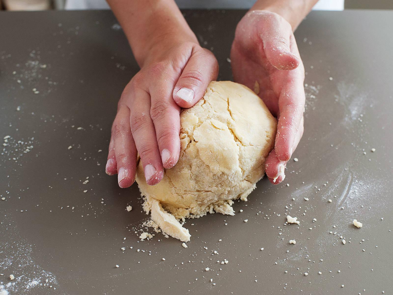 Arbeitsfläche leicht bemehlen und den Teig darauf zu einer Kugel formen. Teig halbieren und jede Hälfte zu einer Scheibe formen. In Frischhaltefolie einwickeln und ca. 1 Stunde in den Kühlschrank legen.