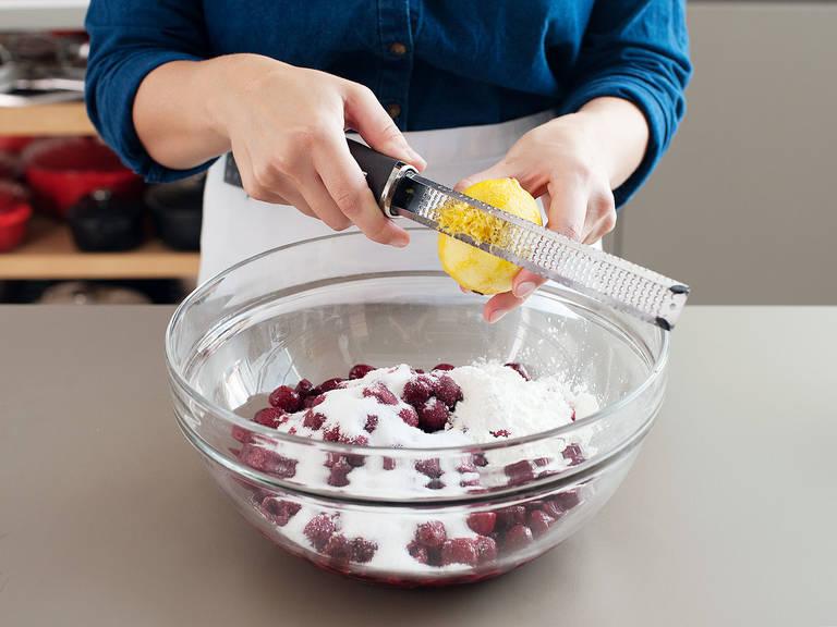 制作馅料:将剩余的糖和柠檬皮碎放到大碗里。加入玉米淀粉和盐,搅拌混合,然后放入樱桃,搅拌裹好。如果使用的是冷冻樱桃,要在溶化后将多余果汁滤干,然后再和其它食材混合。