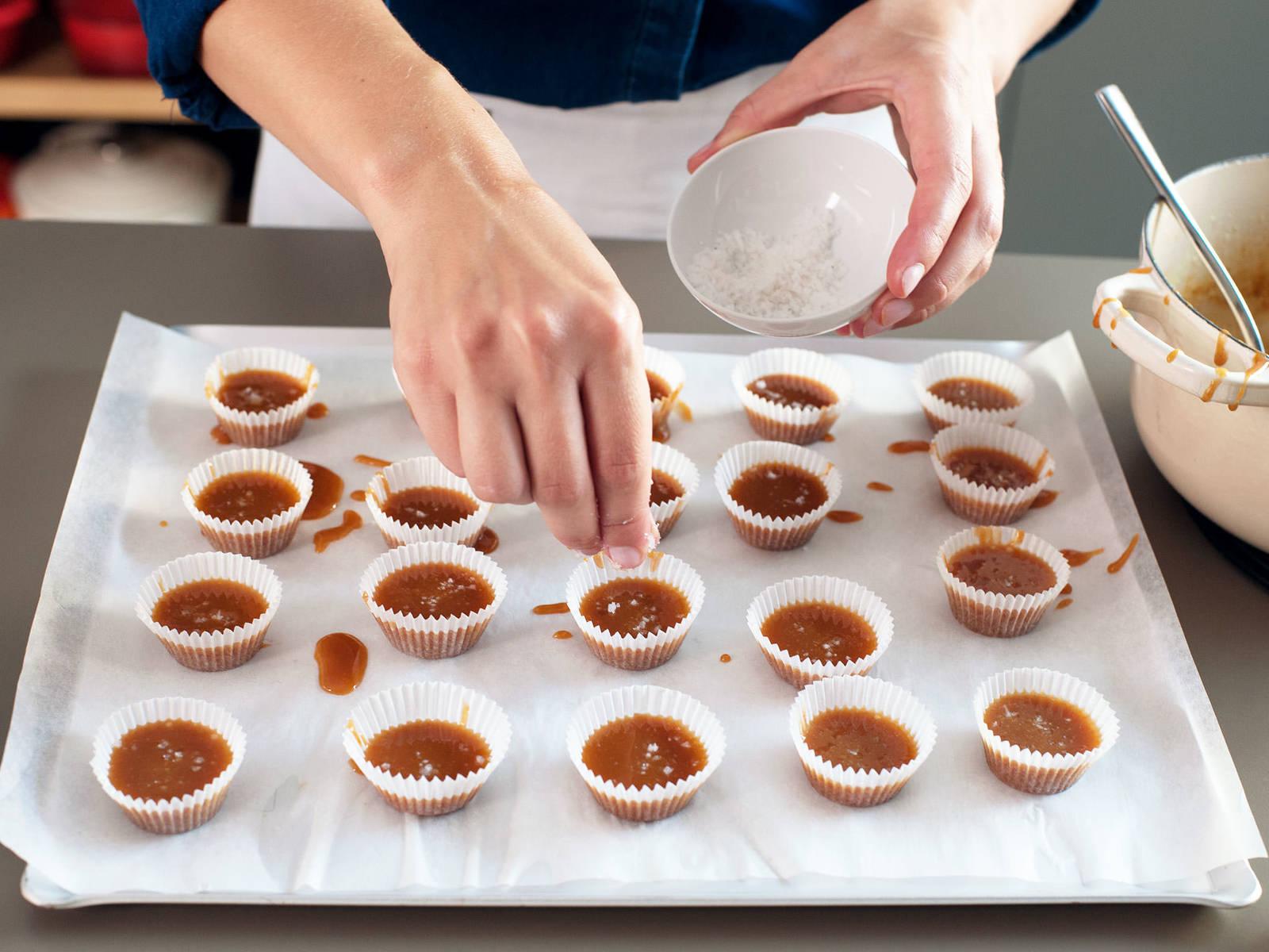Karamell in Förmchen löffeln, mit grobem Salz bestreuen und zum Abkühlen beiseite stellen. In luftdichten Behälter füllen und bis zum Servieren im Kühlschrank aufbewahren.