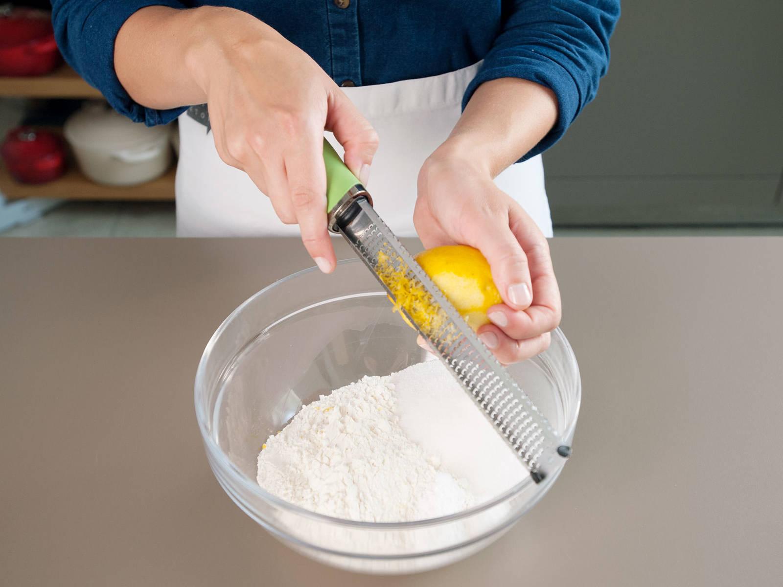在一个大碗中,混合面粉、糖、泡打粉、盐和柠檬皮碎。