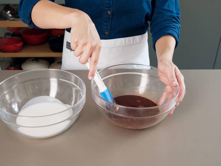 Für den Zuckerguss in einer kleinen Schüssel Puderzucker und löffelweise heißes Wasser miteinander vermischen, bis eine dickflüssige Glasur entsteht. Im Wasserbad Schokolade schmelzen lassen. Vom Herd nehmen. Anschließend, die Hälfte des Zuckerguss in einer sauberen Schüssel mit dem Kakaopulver und der geschmolzenen Schokolade vermengen. Wenn nötig, esslöffelweise heißes Wasser hinzufügen.